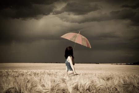 lluvia paraguas: Chica con paraguas en el campo en estilo retro