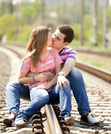 casal: Couple kissing at railway. Urban photo.