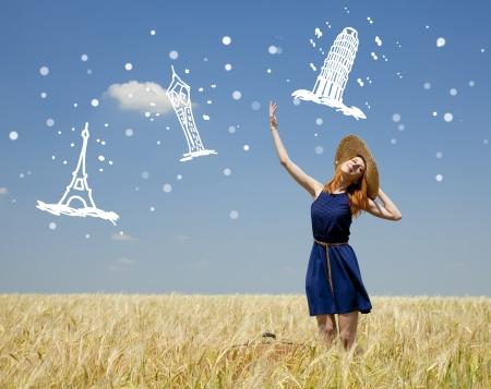 vintage travel: Jeune fille rousse au champ de blé de printemps.