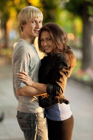 Jeune couple sur la rue de la ville.