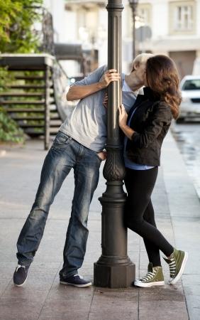 novios besandose: Joven pareja besándose en la calle