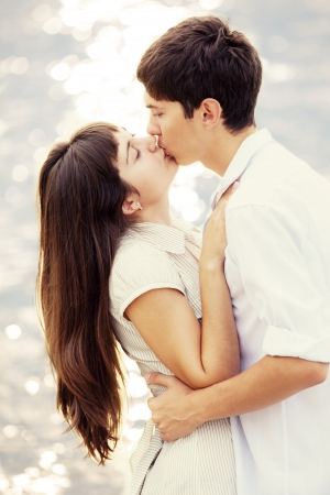 besos apasionados: Pareja bes�ndose en la playa