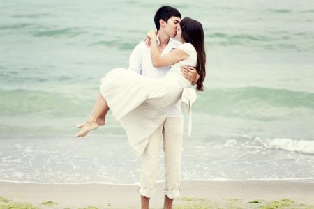 novios besandose: Pareja bes�ndose en la playa