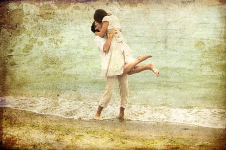 femme romantique: Couple s'embrassant sur la plage. Photo dans le style ancien couleur de l'image.