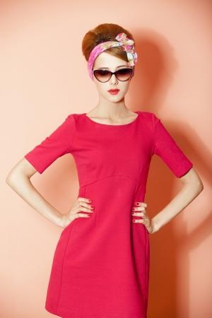 Stil rothaarige Mädchen auf rosa Hintergrund.