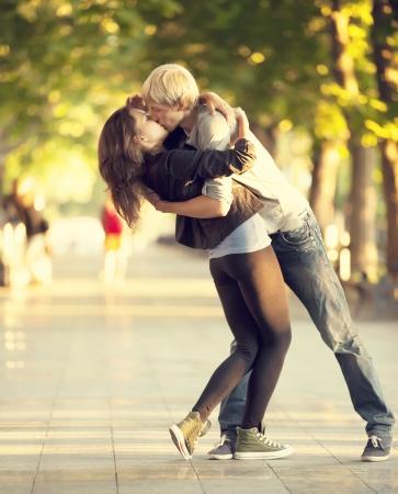 baiser amoureux: Jeune couple s'embrassant sur la rue