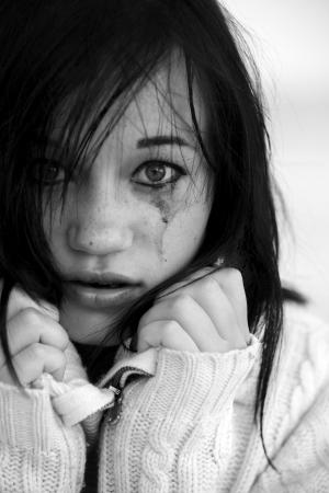 mujer llorando: Muchacha triste en suéter Foto de archivo