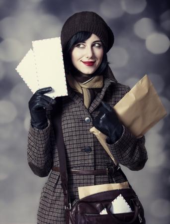 cartero: Joven chica cartero con el correo. Foto en el estilo de color edad con bokeh. Foto de archivo