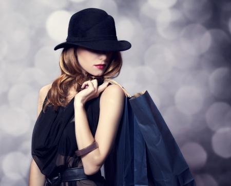 chicas de compras: Estilo chica pelirroja con bolsas de la compra. Foto de archivo