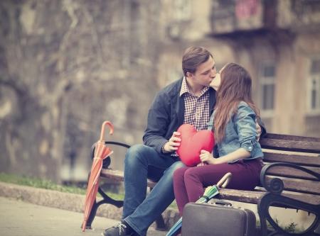 Het jonge paar kussen op straat
