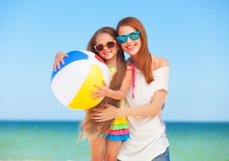 beach ball girl: Dos muchachas en el mar cercano al aire libre. Foto de archivo
