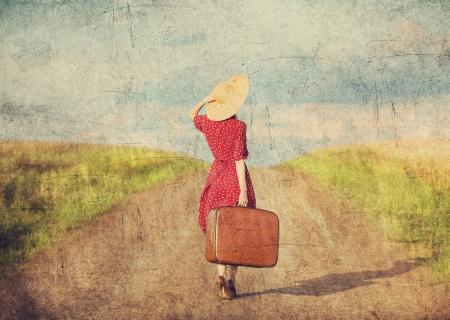 maleta: Redhead chica con la maleta en el exterior.
