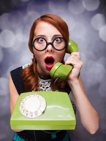 wow: Mujer pelirroja con tel�fono verde.