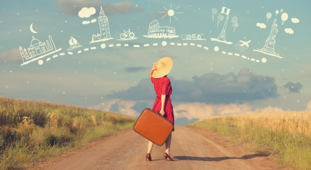 Redhead chica con la maleta en el exterior. Foto de archivo - 21111761