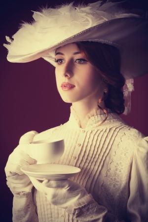 mujer bonita: Mujer bella pelirroja con la taza de t�