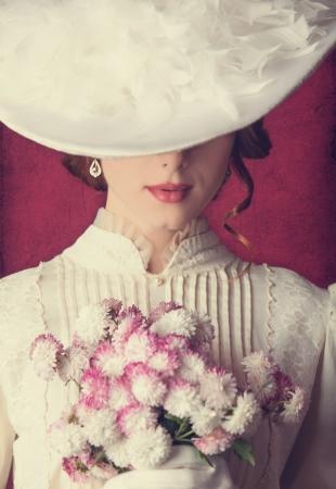 weisse kleider: Sch�ne Rothaarige Frauen mit Blumenstrau� Lizenzfreie Bilder