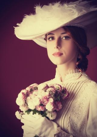 antique woman: Mujer bella pelirroja con el ramo Foto de archivo