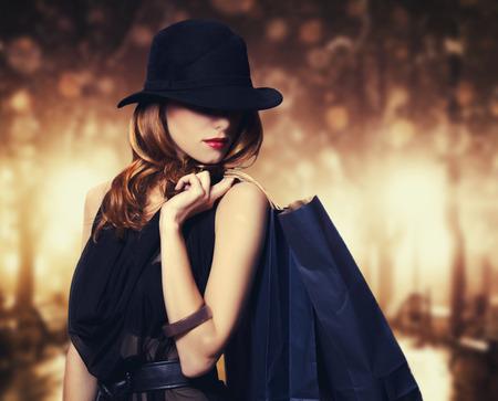 modelos negras: Estilo chica pelirroja con bolsas de la compra. Foto de archivo