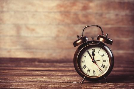 despertador: Reloj despertador retro en una mesa Foto de archivo