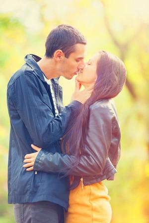 pareja besandose: pareja besándose al aire libre en el parque Foto de archivo