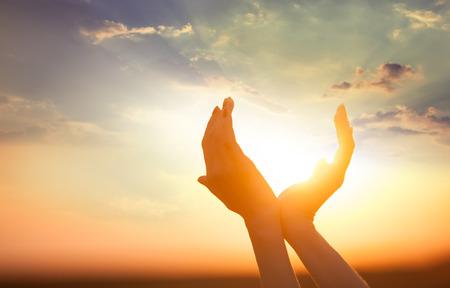 mano de dios: la celebraci�n de las manos el sol al amanecer  Foto de archivo