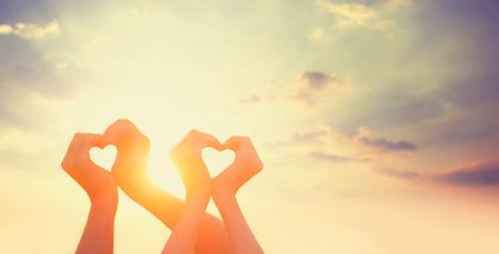 Dwie ręce na sunsut. Zdjęcie Seryjne