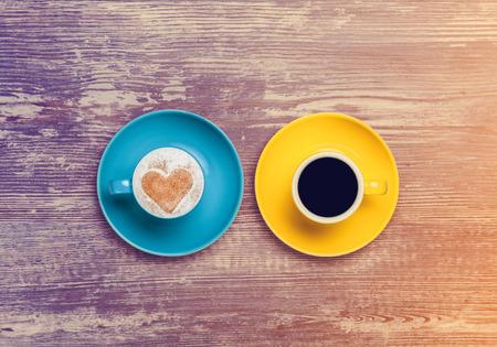 tazas de cafe: dos tazas de café en una mesa. Foto de archivo