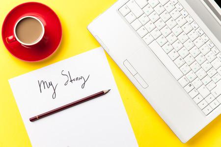 내 이야기 단어와 커피와 종이 노트북 근처 노란색 배경