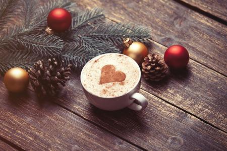 comida de navidad: Taza de café y de la Navidad los juguetes en la mesa de madera.