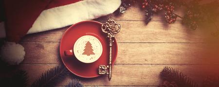 colores calidos: Cappuccino con la llave en la mesa de madera.