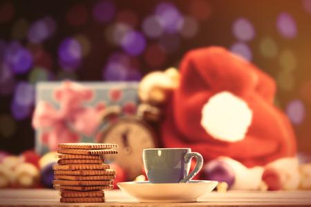 tomando café: Taza de té o café y galletas en el fondo de Navidad Foto de archivo