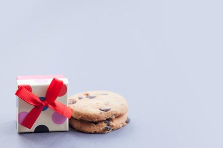 chocolate cookie: caja de regalo y de pan de jengibre galleta de chocolate sobre fondo gris
