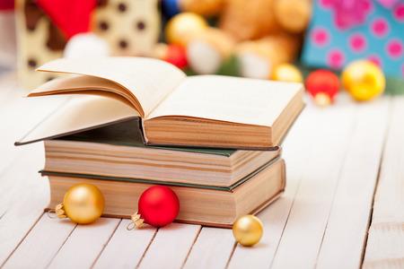 libros: Libros con los regalos de Navidad en el fondo Foto de archivo