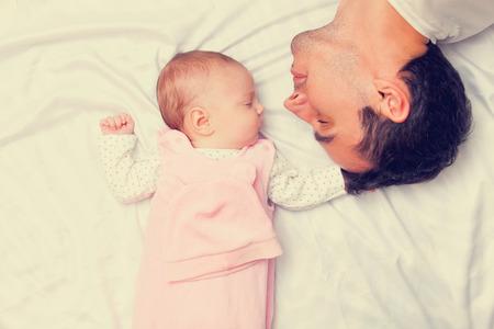 niño y niña: Padre y pequeño bebé en el mal Foto de archivo