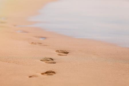 Abdrücke im Sand bei Sonnenuntergang