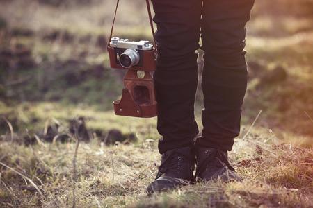 in jeans: Se alza y retro de la c�mara de la correa cerca del suelo