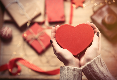 papel filtro: beautiful woman hands holding red heart shaped toy on the wonderful decoration background