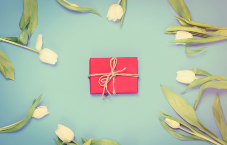 papel filtro: beautiful red gift and tender white tulips lying on the wonderful blue background