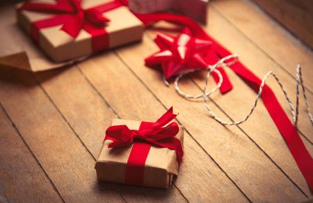 papel filtro: lindos regalos y cosas para envolver en el maravilloso fondo marrón de madera Foto de archivo
