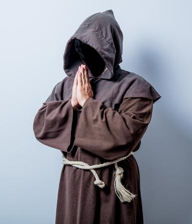 sotana: Retrato de joven monje católico sobre fondo blanco Foto de archivo