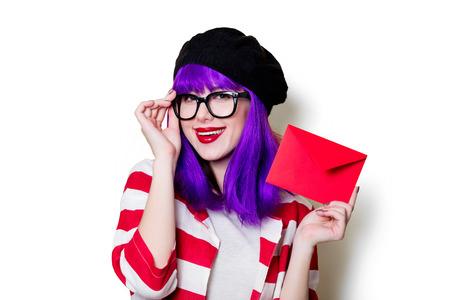 puntualidad: Retrato de una mujer joven en vasos con sobre rojo de Navidad