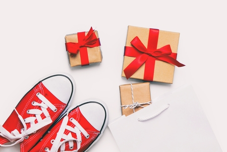 comprando zapatos: big red gumshoes, cool shopping bag and beautiful gifts