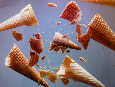 cornets de crème glacée émiettés sur verre. vue de dessous