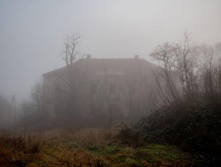 vieux manoir abandonné dans le brouillard en décembre