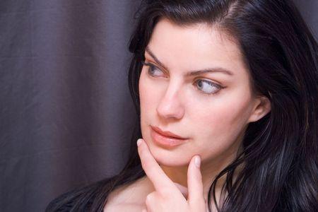target thinking: La muchacha joven mira a la su derecha muy interesada Foto de archivo