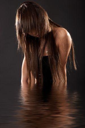 La donna che emerge dalle acque