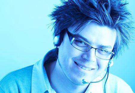 handsom: Atractivo cliente Representante sonriendo con auricular durante una conversaci�n telef�nica