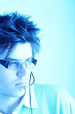 handsom: Representante atractivo del cliente con el receptor de cabeza durante una conversaci�n de tel�fono