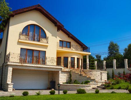 everyday scenes: Bella casa residenziale con grande prato verde