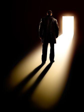 backlit: Met�fora de negocios - el empresario caminando hacia la puerta